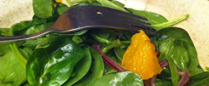 Salade de jeunes pousses d'épinards, orange, oignon et vinaigrette de miel